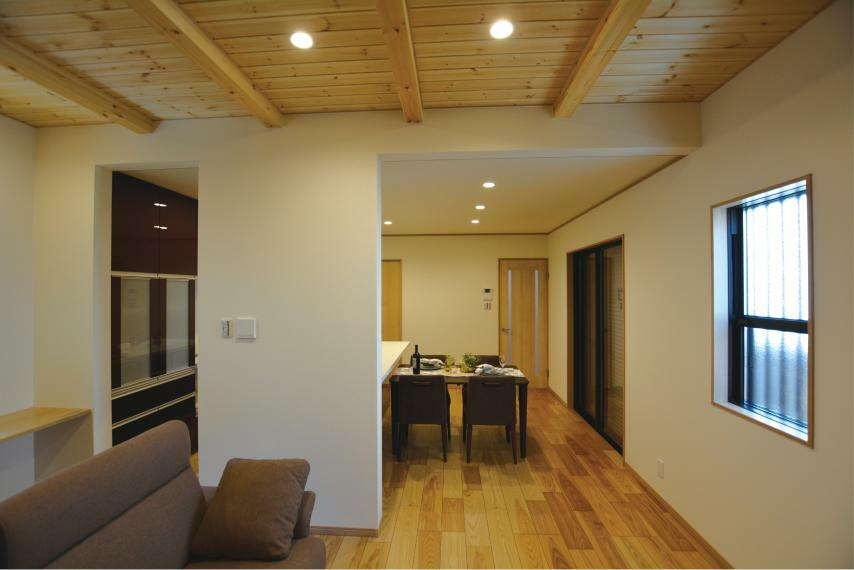 居間・リビング (7号地)キッチンが見えづらくすっきりとした印象に見えますね。