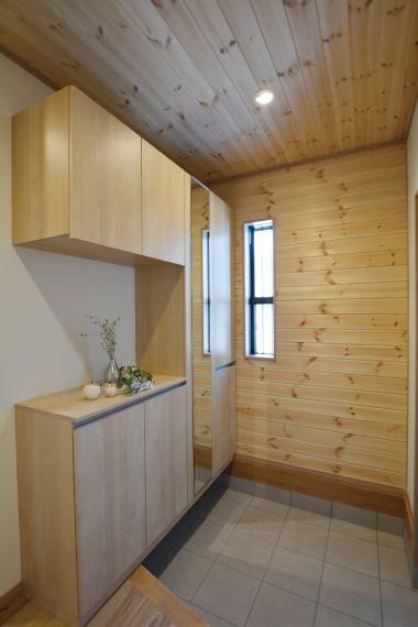 玄関 (7号地)斜めの上がり框がスタイリッシュでとってもおしゃれ!下足面積も増えて、機能面でも優秀なんです。