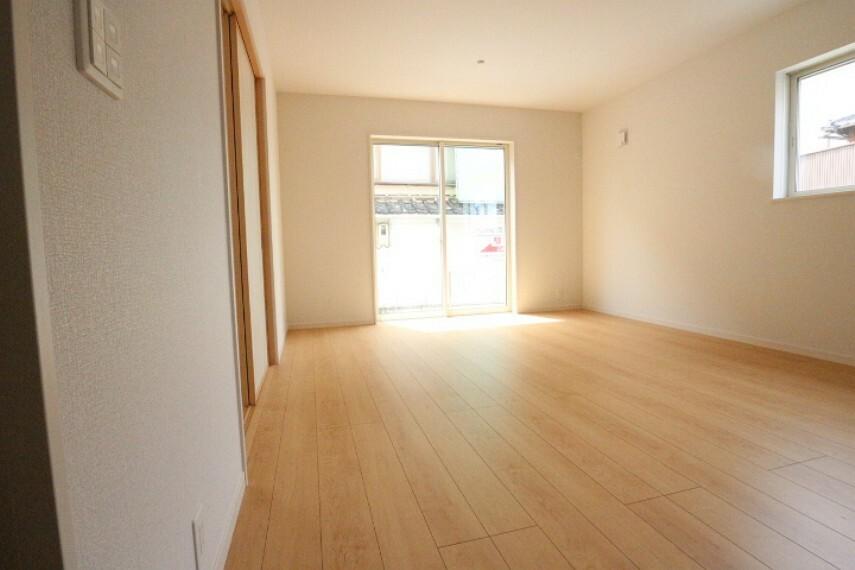 居間・リビング 掃き出し窓からの光がLDKを照らしてくれるので日中は明るく過ごせます。