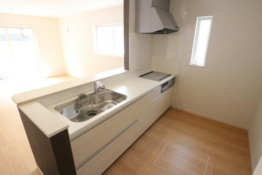 キッチン 現代には欠かせない浄水器内蔵タイプの水栓口になっています。 キッチンパネルは油汚れが付着しにくくお掃除が簡単です。 床下収納もございます。