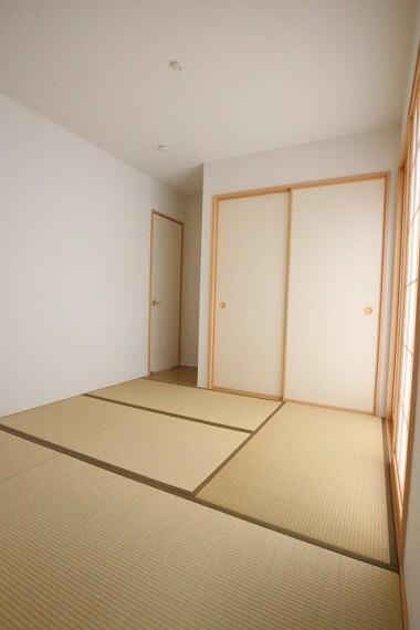 和室 和室はお子様の遊びぶスペースや、家事の一息つくスペースにも。 畳のやわらかさが癒しの空間に。