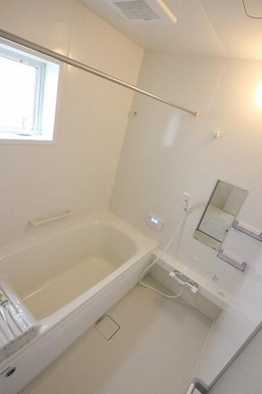 浴室 浴室乾燥機付でランドリーパイプも設置されているので雨の日の洗濯物も安心して干せます。 足を伸ばして肩まで浸かることができる浴槽は日々の疲れを癒してくれます。