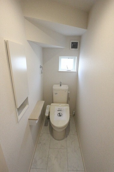 トイレ 掃除道具入れたりとちょっとしたものを収納できます。 窓もあるので換気もできます。