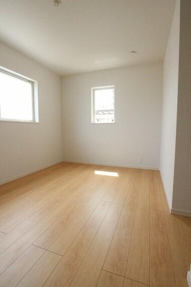 洋室 2階7.25帖の洋室。 収納もしっかりあるので物が多少増えてもお部屋が狭くなることはありません。