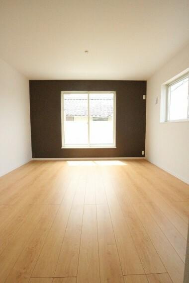洋室 2階8.5帖の主寝室。 アクセントクロスでシックで落ち着いた雰囲気のお部屋に