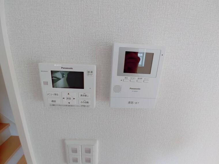 キッチン部分にモニター付きインターホン、給湯ボタンが設置されています。