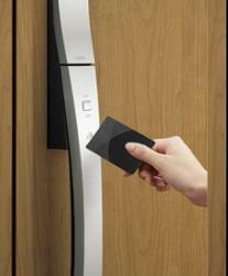 防犯設備 玄関カードキー カードをかざすだけで施解錠できます。
