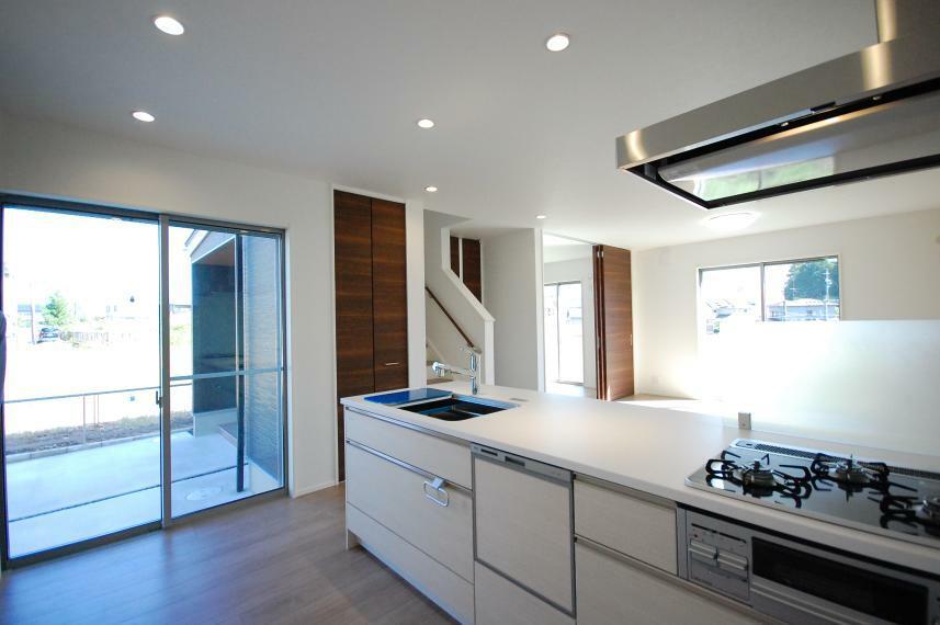 キッチン C棟 キッチン たっぷり日の光の入るキッチン リビング階段横には収納もあり