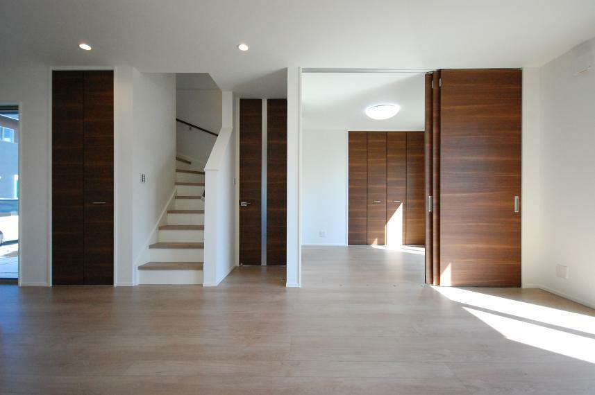 居間・リビング C棟 リビングアップ階段で家族との距離も近くなる