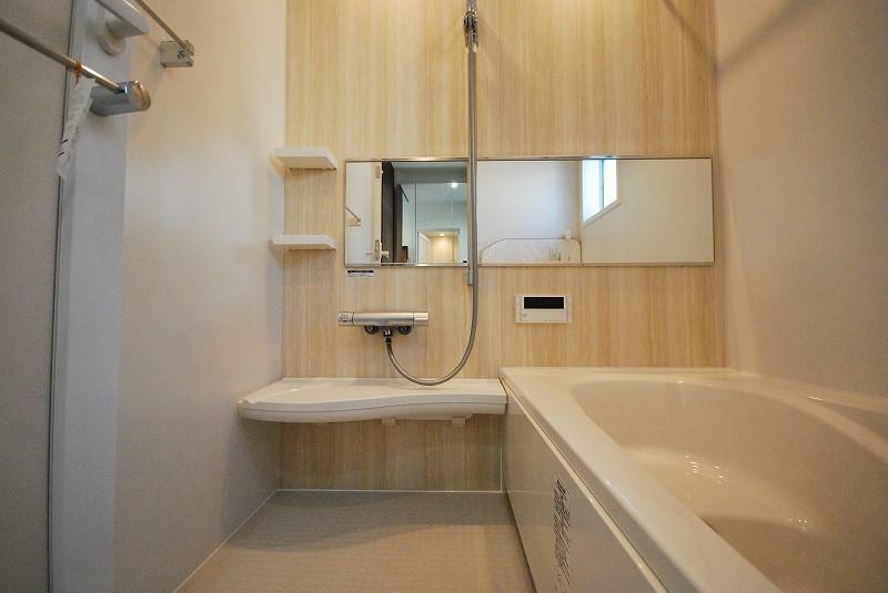 浴室 ダブル保温構造でお湯が冷めにくく、お風呂に入る時間がバラバラでもあたたかいまま。サーモフロア機能の床も断熱層がしっかりしているので、足裏も冷えずバスタイムを楽しめます。