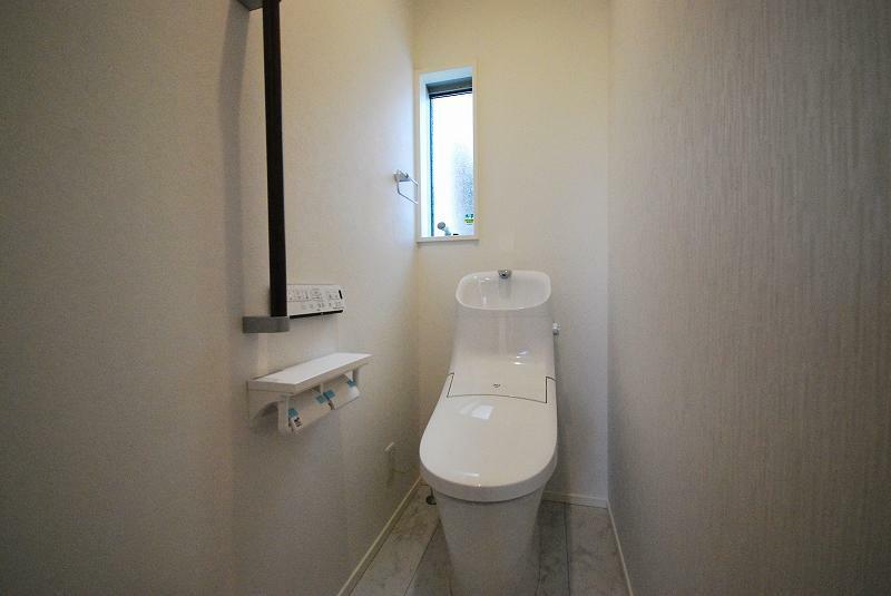 トイレ 高機能温水洗浄便座付きトイレはエコにも配慮。従来品と比べ水道料金が年間約13,800円もお得に。お掃除面もフチレスなのでさっとひと拭きでお掃除らくらく。