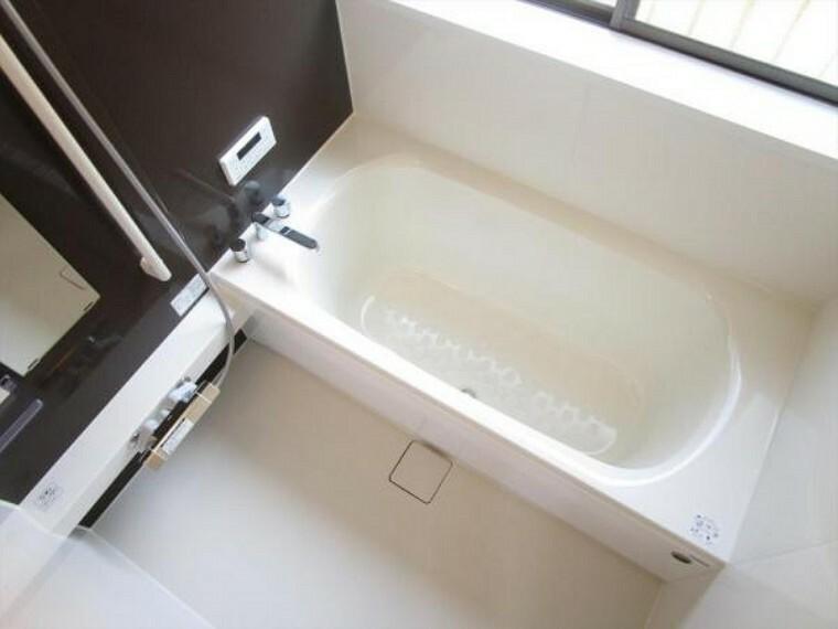 浴室 (リフォーム済)浴室は ハウステック製の1坪タイプ、新品のユニットバスに交換しました。お湯の温度を設定したら、湯はり、追い焚き、保温がリモコンで操作でき、忙しい奥様にも嬉しい仕様です