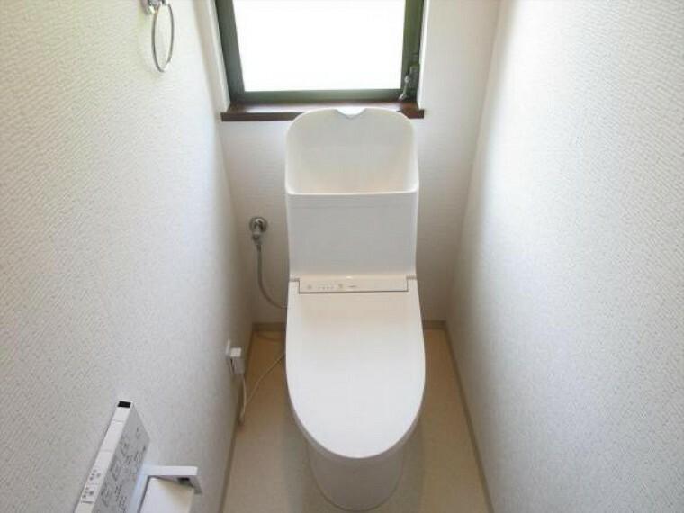 トイレ (リフォーム済)トイレは天井・壁のクロスとクッションフロアを貼り替えし、便器はTOTO製のウォシュレット付便器に交換しました。直接お肌に触れるところだから、やはり新品のトイレが嬉しいですね。