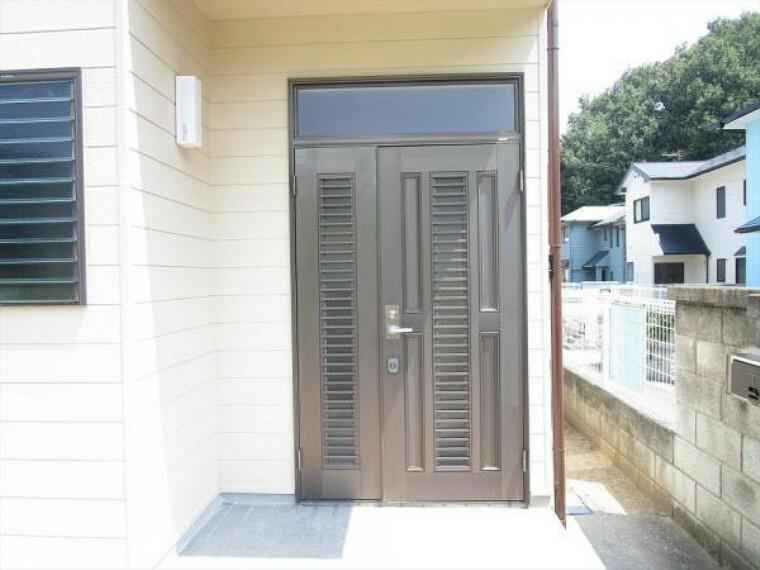 玄関 (リフォーム済)玄関は鍵の交換を行いました。シリンダーごと交換し、以前の鍵は合わなくなりましたので、安心して生活できますよ。