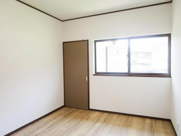 (リフォーム済)2階の中間の6帖洋室は天井・壁のクロスとクッションフロアを貼替しました。お子様が絵の具などをこぼしてもさっとひと拭きでお手入れできますよ。