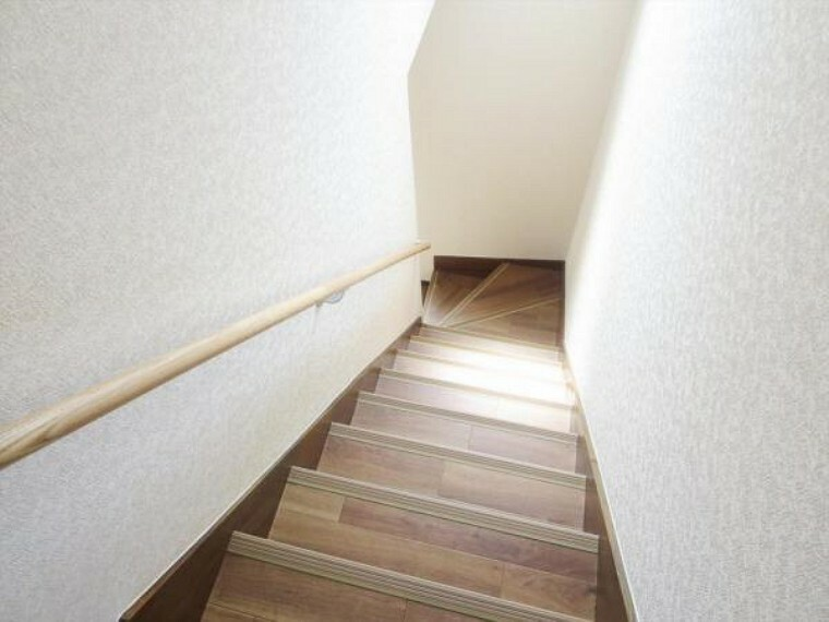 (リフォーム済)階段には新たに手すりと滑り止めを設置しました。お子様からご年配の方まで安全に昇降できるよう配慮しています。