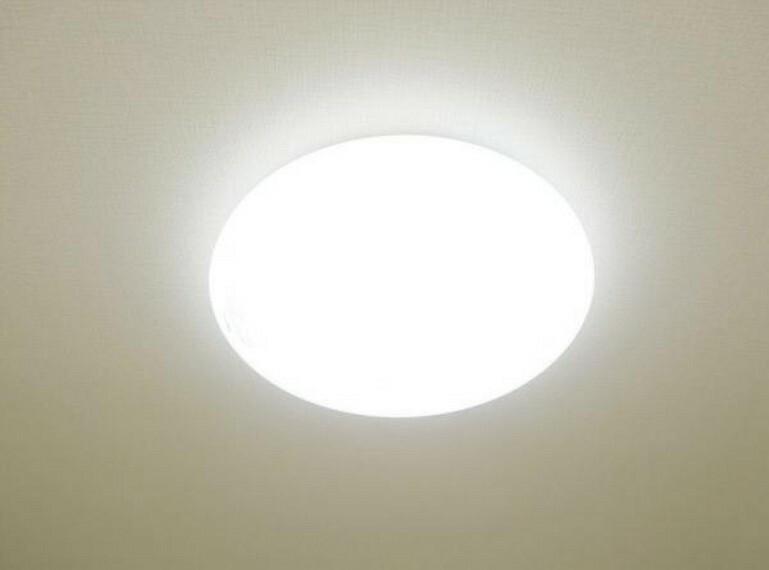 (リフォーム済)照明器具を交換しました。リモコンつきですので布団に入ってから消灯できます。電気をつけっぱなしで寝てしまうことがなくなりますよ。