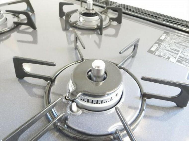 キッチン (リフォーム済)キッチンの熱源はガスです。コンロはうれしい3口。忙しい朝でも一度に調理できるので、時間短縮できます。全バーナーSiセンサー搭載で、ふきこぼれたり、過熱になると自動で消火してくれます。