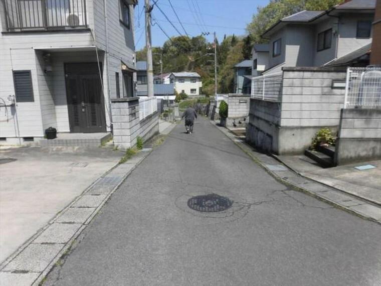 現況写真 前面の道幅は4.2m、敷地南東側が接しています。交通量は少ないので落ちついて生活できますよ。