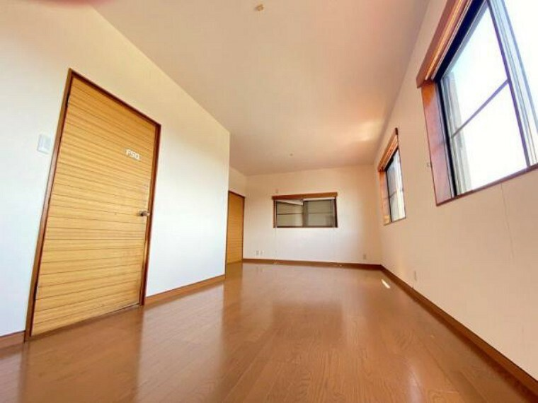 洋室 【リフォーム中】12帖の洋間です。壁を新設し6帖の洋間を2間新設予定です。床や壁紙は新品交換に張替を行います。2面採光ですので日当たり風通しの良いお部屋になりますね。