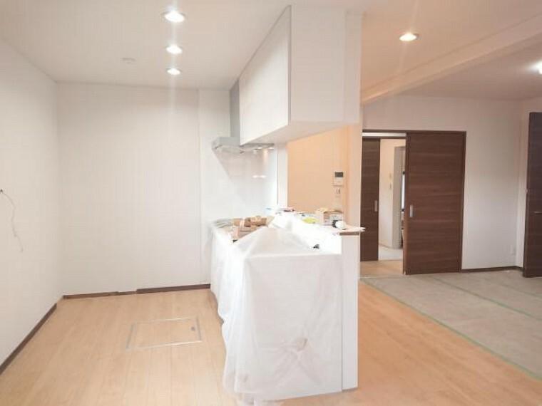 ダイニングキッチン 【リフォーム中】西側のLDKからキッチンに向けて撮影しました。新品のカウンターキッチンに交換を行い、キッチンスペースもゆとりをもってお料理して頂けるキッチンを設置致しました。