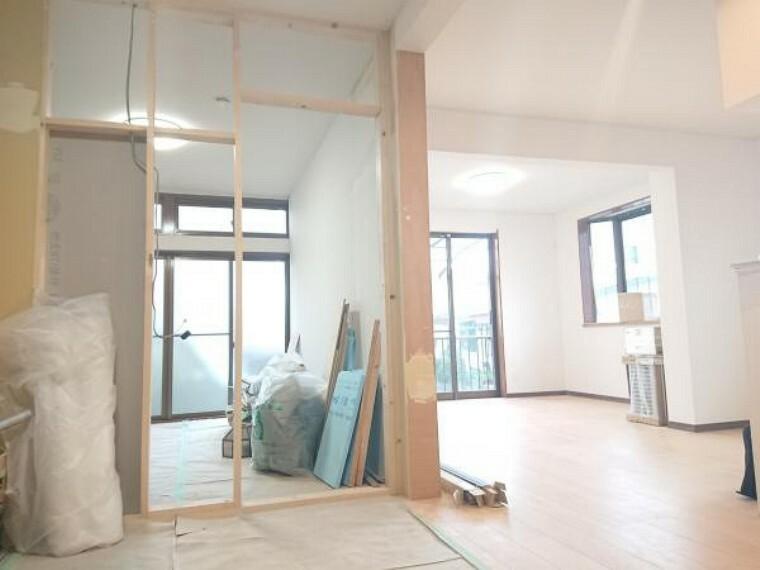 リビングダイニング 【リフォーム中】キッチン側から洋間に向けて撮影しました。壁を一部撤去して26帖のLDKになります。床はフローリング張替、壁や天井はクロス張替を行います。白色のクロスを張るのでお部屋が明るく見せてくれます。