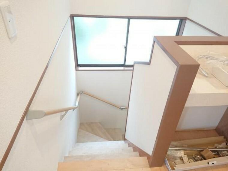 現況写真 【リフォーム中】2F階段です。踏み面もフロアタイルを張り滑り止めも設置致します。