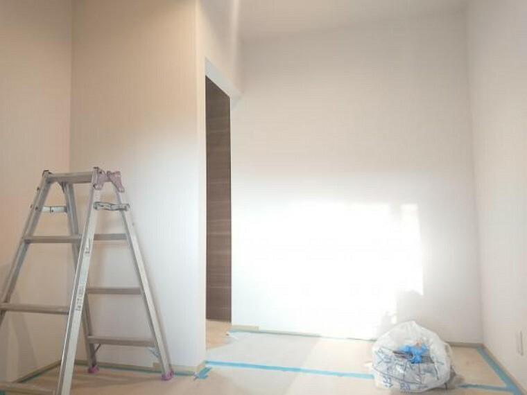 洋室 【リフォーム中】ウォークインクローゼットです。床やクロスを張替えパイプを設置予定です。