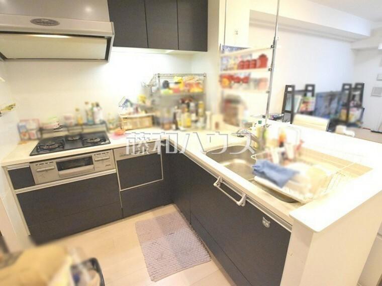 キッチン キッチン Ⅼ字型の大型キッチンなので調理スペースも広いです。【ポレスター玉川上水】