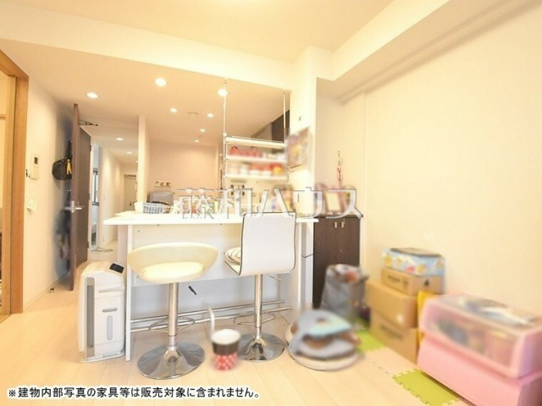 キッチン ダイニング カウンターテーブルとイスを置いてカフェスタイル利用されています。【ポレスター玉川上水】