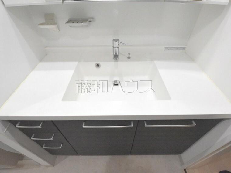 洗面化粧台 洗面化粧台 シンクの料隣にも広い物を置スペースがあり利用しやすいです。【ポレスター玉川上水】