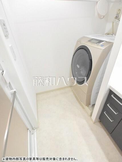 洗面化粧台 洗濯機置場 広いので大きなドラム式洗濯機も置けます。【ポレスター玉川上水】