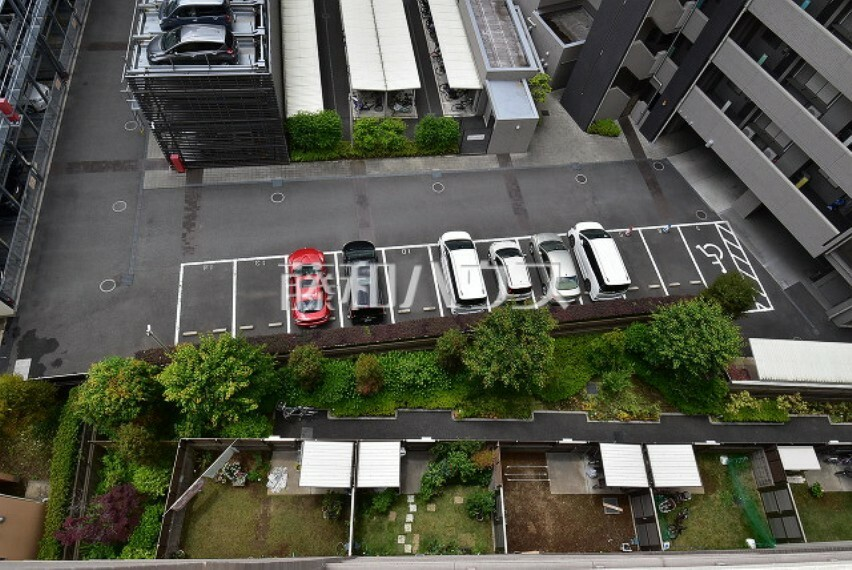 バルコニー バルコニー 南側は1階のお庭等と隣地マンション駐車場のため建物同士の距離も離れていて快適です。【ポレスター玉川上水】