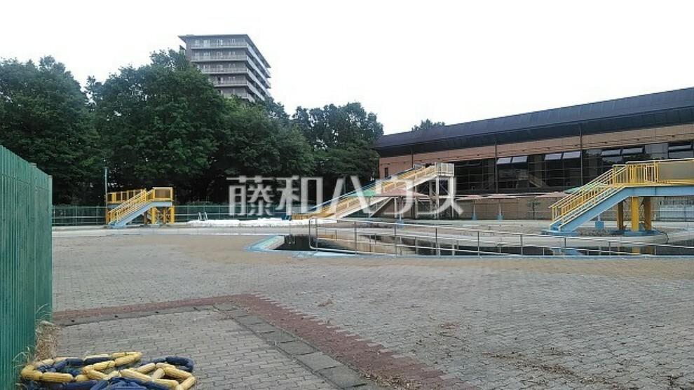 市民プール すぐ近所にありお子様にも大人気の施設です。大型すべり台もあります。