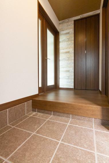 玄関 住空間が見えにくく、プライバシーも保てる玄関です。もちろん、たっぷりの玄関収納も兼ね備えております。
