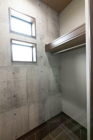 玄関 シューズクロークにはハンガーパイプも設置しているため、アウターを部屋に持ち込まず玄関で収納可能に。