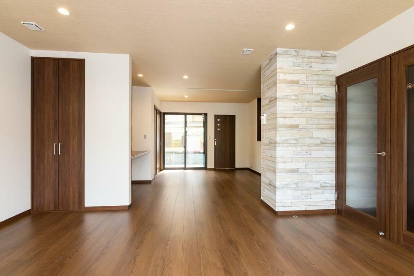 居間・リビング LD内にも収納スペースを確保。アクセントクロスやダウンライトでお洒落空間を演出しております。