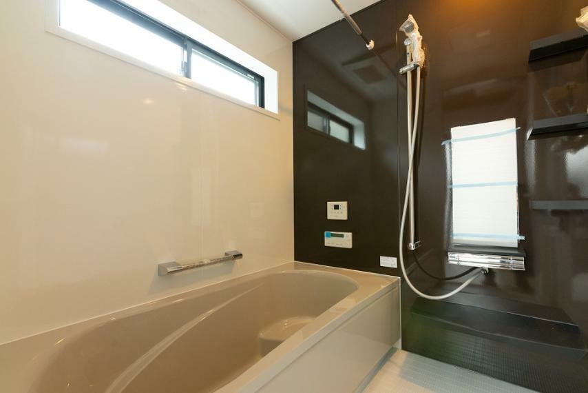 浴室 ゆっくりと疲れが癒せるよう、1坪タイプを採用。お子様と入浴されても圧迫感のない広さです。