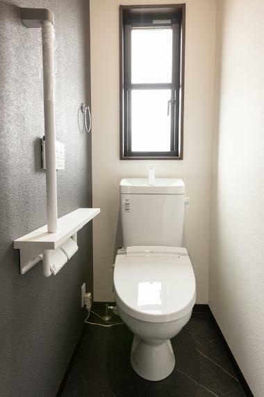 トイレ 2階のトイレです。お一人様空間だからこそ、シックなカラーを使用して落ち着く内装に仕上げました。