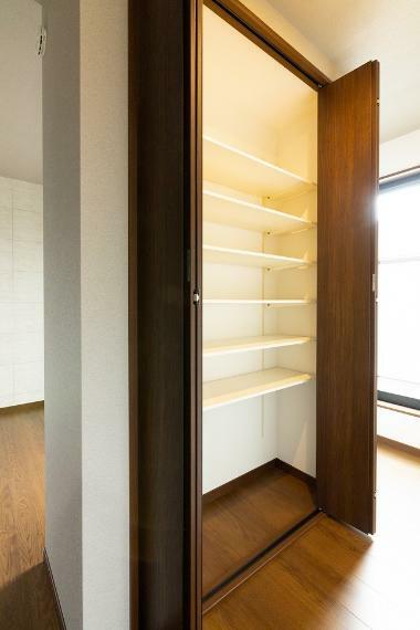 収納 主寝室の中央に配した可動棚式収納です。ご夫婦で共有したい本や雑誌などを収納していただけます。