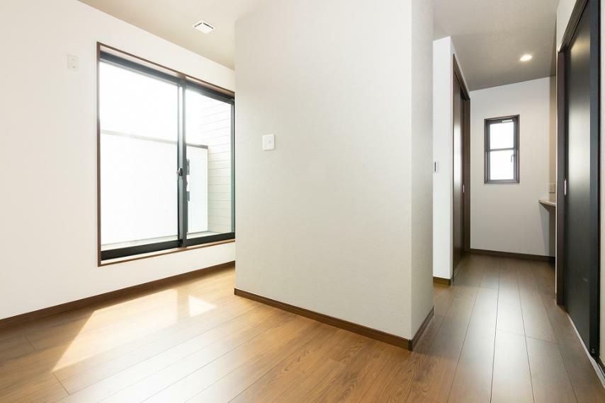 寝室 可動棚収納を中央に配し、寝るスペース・趣味のスペースを分けました。収納も2ヶ所ご用意しております。