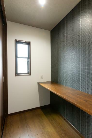 主寝室にワークスペースとしても活用可能なカウンターを設置。パウダースペースとしても重宝します。