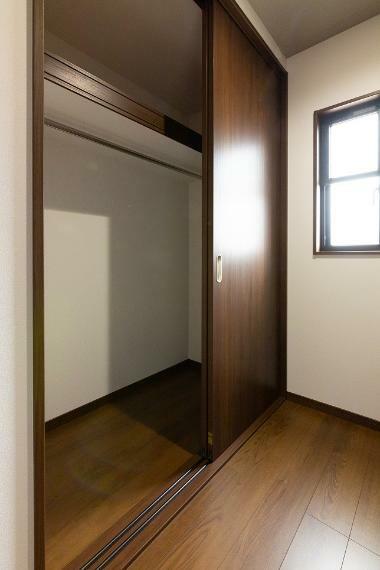 収納 主寝室に大きめの収納を2つ確保しているため、ご夫婦でしっかりと収納スペースを分けられます。