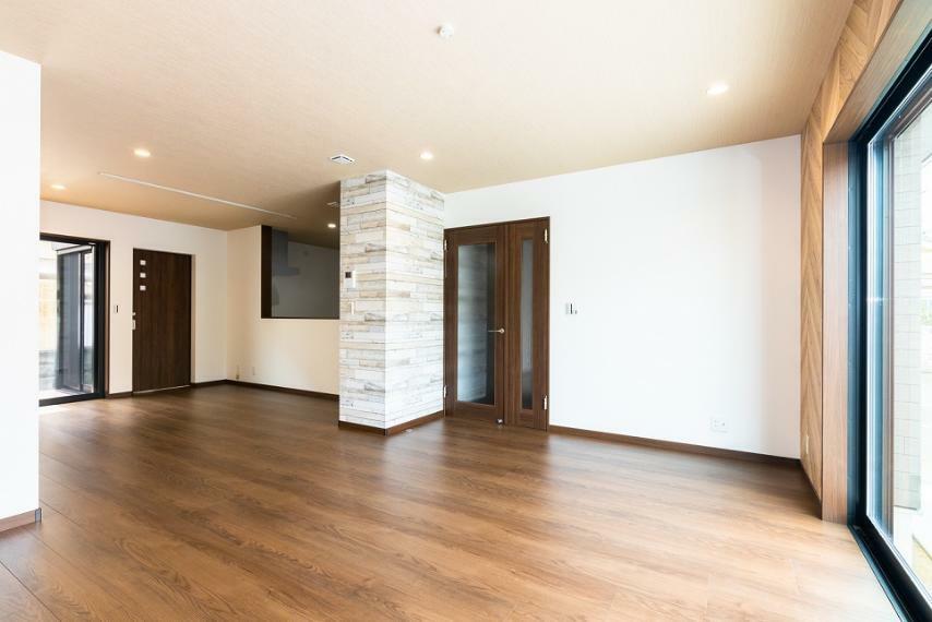 居間・リビング 広々とした開放的なLDK約22.3帖!食事する空間・寛ぐ空間を分けられる間取り設計となっております。