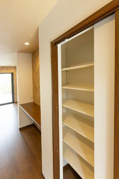 収納 カウンター横に可動棚収納を設けているため、お子様の教科書や仕事の資料をサッと仕舞えます。