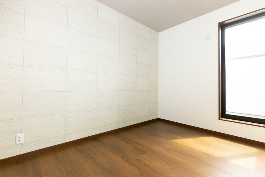 寝室 主張しすぎないアクセントクロスがポイントになる、爽やかな印象の洋室。バルコニーに面し、日当たり良好。