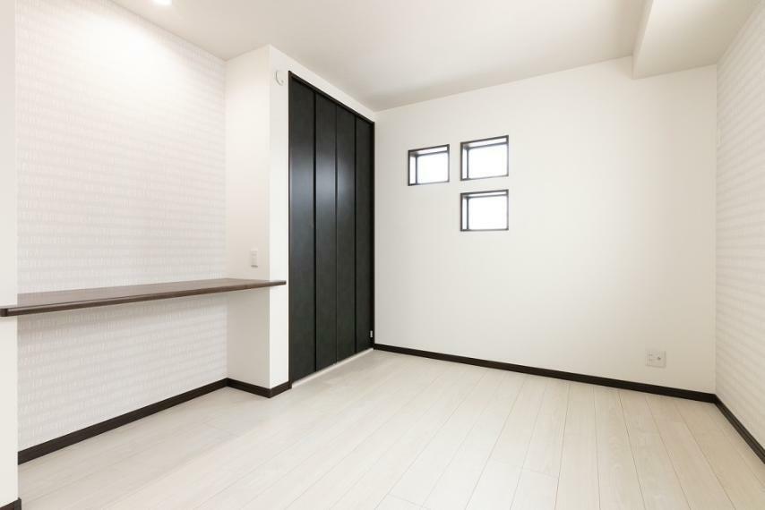 洋室 白の壁紙・床材に黒の建具を合わせ、上品な雰囲気に仕上がった洋室。こちらにもカウンターを設置しました。