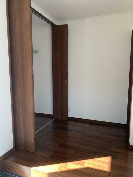 玄関 玄関ホールにクローゼットがあるので、コート等の収納に便利です