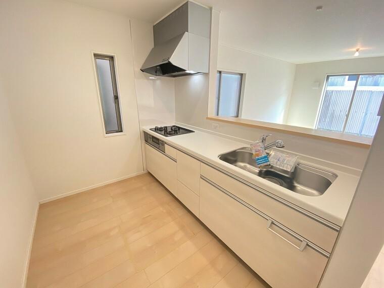 キッチン ナチュラルカラーの明るいキッチン。冷蔵庫を置いてもゆとりのあるスペースです。