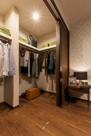 ウォークインクローゼット 衣服やカバンなどの収納に便利なウォークインクローゼットを全邸に設置。 ※写真は当社施工例。